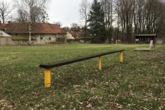 úzká lavička